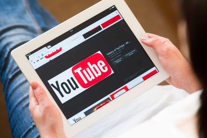 Diapositiva 2 de 45: Puedes convertirte en YouTuber. Si no te preocupa la exposición y te gusta hacer videos y compartir ideas, esta puede ser una buena opción para ganar dinero en casa. Cuanto mayor sea el número de likes y visualizaciones, más te lucrarás con la publicidad.