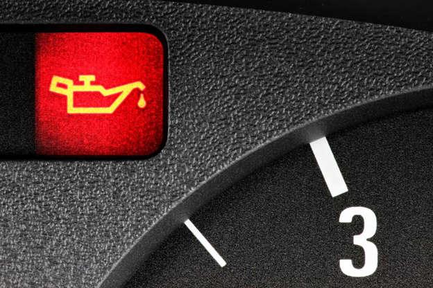 Diapositivo 6 de 29: Por norma, quando esta luz aparece, significa que o motor está com pouco óleo. Contudo, também poderá existir um problema com o sistema de óleo do carro.