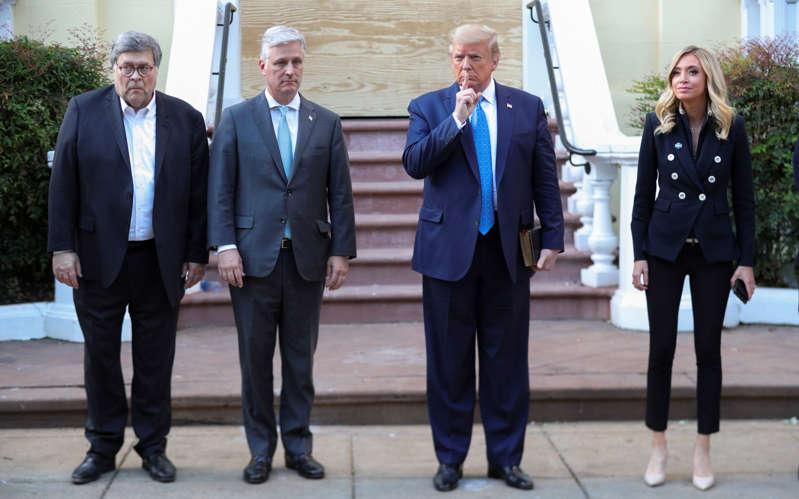 2020年6月1日,唐纳德·特朗普(Donald Trump)总统站在白宫对面的圣约翰主教教堂前,与政府官员合影。