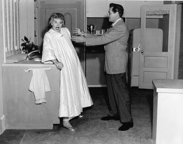 Slide 31 de 31: Este casal é um clássico da TV. Inclusive, os momentos amorosos e depalhaçadas entre os dois personagens de 'I Love Lucy' eram parte do segredo do sucesso da série.Leia também: Os personagens que foram mortos em séries por causa das condutas dos seus intérpretes