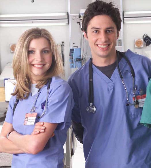 Slide 22 de 31: De todas as relações de programas médicos nessa lista, JD e Elliot, de 'Scrubs', recebem o prêmio de casal mais divertido. A cômica sintonia entre esses dois durou nove temporadas e os fãs poderiam ter assistido muito mais!
