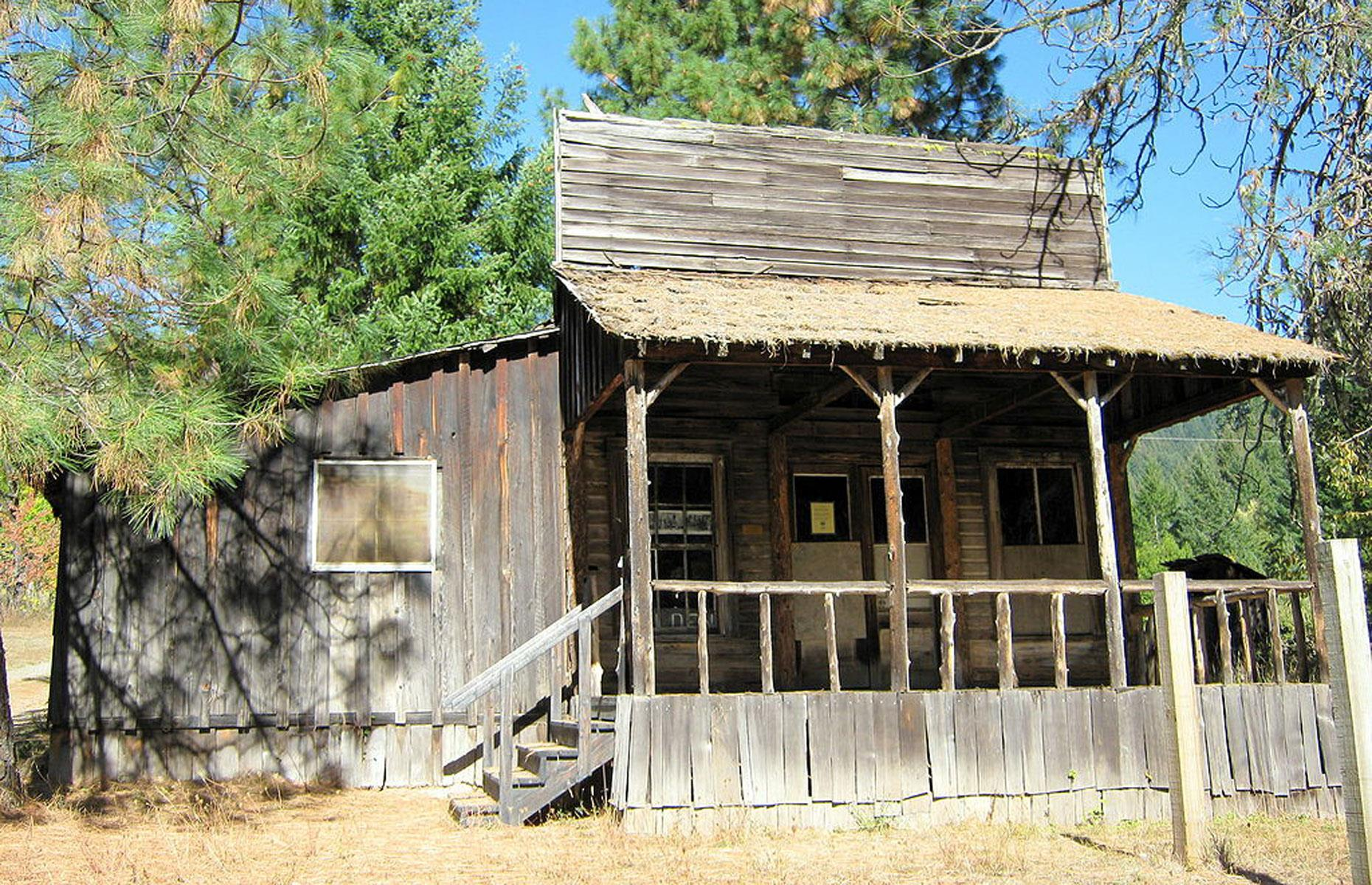 Slide 74 of 101: The northwestern state of Oregon has hundreds of ghost towns, and the small settlement of Golden sprang up in the 1840s. By the 1890s, it had a population in the hundreds and a number of houses and public buildings, including a general store.
