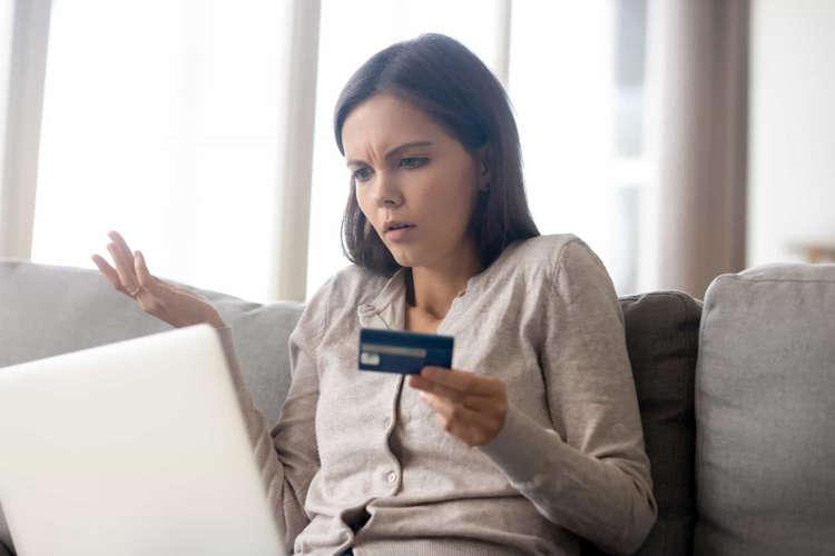 Señales de que tu pareja abusa financieramente de ti