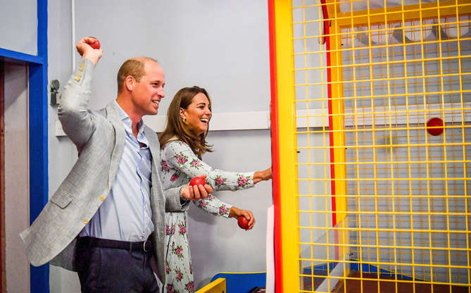 Slide 2 de 16: E quando William e a esposa, Kate Middleton, visitaram um fliperama e se divertiram muito jogando juntos? Apesar de fazer parte de uma visita oficial do casal, eles aproveitaram o momento para uma brincadeira divertida.