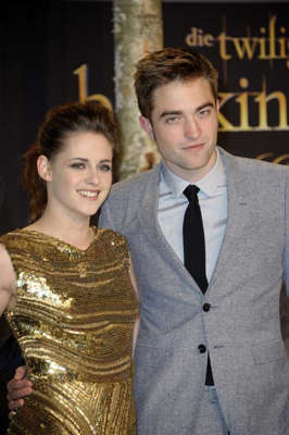 Kristen Stewart, Robert Pattinson are posing for a picture: Kristen Stewart and Robert Pattinson