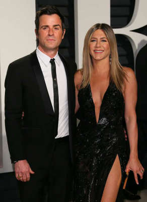 Justin Theroux, Jennifer Aniston are posing for a picture: Jennifer Aniston and Justin Theroux
