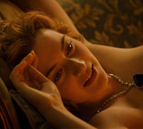 Slide 3 de 12: Você sabia que Kate Winslet realmente mostrou os seios para Leonardo DiCaprio? Mas não na cena em que ele a desenha. Logo que eles foram apresentados, a atriz já sabia que teria que ficar nua na frente do colega e tratou de levantar a blusa, mostrando tudo, para já quebrar o gelo! E nem adiantou muito, já que na hora DiCaprio errou a fala e pediu para ela deitar na cama... no sofá! James Cameron gostou tanto do erro que o deixou no longa.