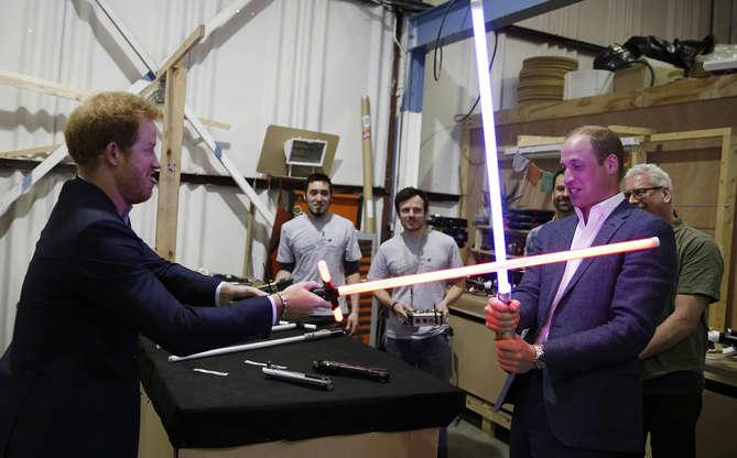 Slide 12 de 16: William certa vez visitou o set de filmagens do filme Star Wars: O Despertar da Força e se divertiu com o irmão, Harry, principalmente ao brincar com sabres de luz!
