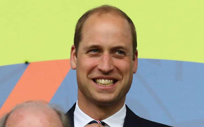 Slide 16 de 16: Em um evento, o príncipe Phillip, marido de Rainha Elizabeth II que morreu em abril de 2021, acabou se irritando com o fotógrafo que tentava tirar uma foto dele ao lado de William, de príncipe Edward e de alguns veteranos e, por isso, soltou um palavrão. Com a espontaneidade do avô, William não aguentou e acabou rindo bastante da situação inusitada!