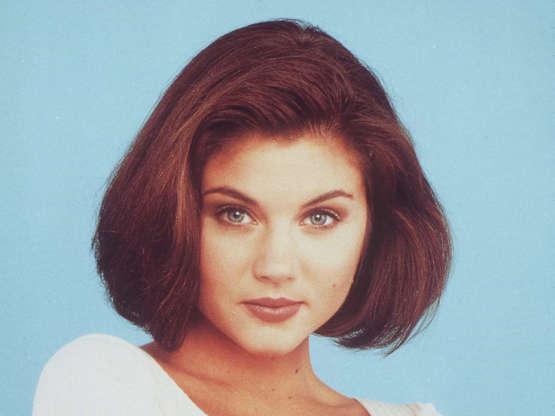 Slide 22 de 43: Doherty saiu depois de quatro temporadas, e Tiffani Thiessen entrou como Valerie Malone, efetivamente substituindo a personagem da problemática atriz.