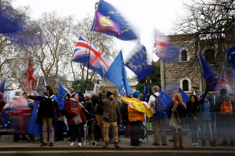 Pro-Brexit and anti-Brexit protesters demonstrate outside the Houses of Parliament, ahead of a vote on Prime Minister Theresa May's Brexit deal, in London, Britain, January 15, 2019. REUTERS/Henry Nicholls