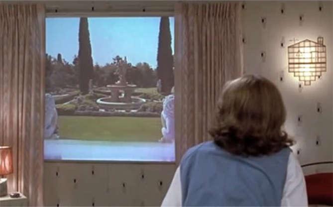 Slide 3 de 11: A TV plana também foi algo visionário e bem moderno para o filme. Quem imaginaria que televisões poderiam ser finas e colocadas encostadas na parede?