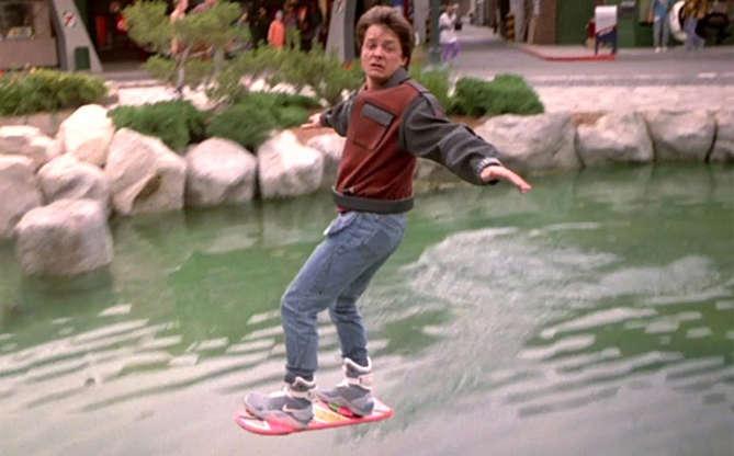 Slide 10 de 11: E sim, existem hoverboards! Não são exatamente como vemos no filme, mas eles lembram muito o objeto voador, podendo ser definido como um skate bem moderno.
