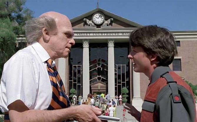 Slide 4 de 11: Quando o moço vem informar Marty de que a Torre do Relógio precisa de conserto, ele está segurando uma espécie de... tablet! Sim, em 1989, Robert Zemeckis já previa que teríamos o mundo todo às nossas mãos, controlando tudo apenas com toques dos dedos.