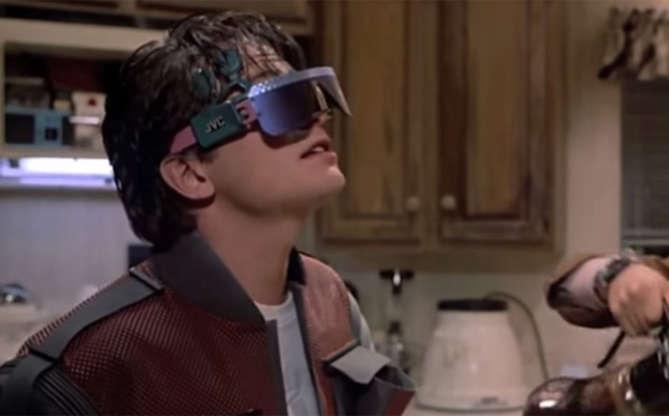 Slide 7 de 11: Óculos de realidade virtual, Google Glass... isso também foi mostrado no filme de 1989. Não usamos necessariamente no dia a dia, como o filho de Marty aparece fazendo na foto acima, mas com certeza a tecnologia avançou o suficiente para termos acessórios como esses.