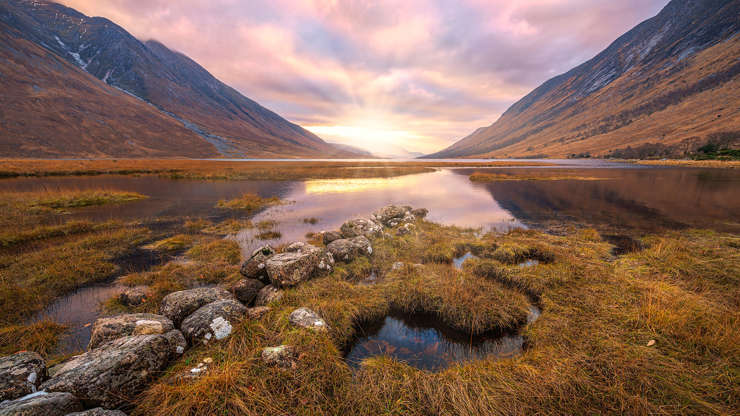 Diapositive 2 sur 21: Panoramic photo of where the river Etive meets the Loch, near Gualachulain, Scotland. Mountains Ben Starav on the left and Beinn Trilleachan on the right.