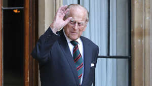 Prince Philip, Duke of Edinburgh wearing a suit and tie standing in front of a window: There will likely be no big birthday parties in 2021! Prince Philip is celebrating a very special birthday as the Queen's husband turns 100 years old this year! Prince Harry's wife Meghan will also turn 40 this year. Big celebrations will probably not take place due to the pandemic, but the family will probably come together anyway - virtually, of course. William and Kate had already revealed during the UK's first nationwide lockdown in an interview with the 'BBC' that they keep in touch with family members via video calls.
