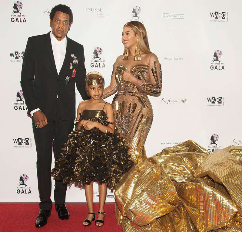 Blue Ivy, a filha de Beyoncé e Jay-Z já mostrou inúmeras vezes que é uma mini-fashionista. E parte disso é porque ela se inspira no estilo da mãe, é claro! Até no tapete vermelho a menina arrasa! Na foto acima, durante o Wearable Art Gala, ela combinou seu vestidinho superestiloso com o de sua mãe, que também era da cor dourada. Que amor! Que tal conferir mais looks da filha de Beyoncé e Jay Z?