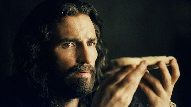 Slide 20 de 23: Em 2004, Mel Gibson fez o roteiro, produziu e dirigiu 'A Paixão de Cristo'. um enorme sucesso de bilheteria. O filme foi estrelado por Jim Caviezel.