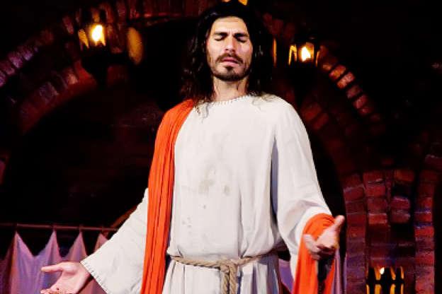 Slide 10 de 23: Thiago Lacerda interpretou Jesus, por três anos (2009 – 2011), na Paixão de Cristo de Nova Jerusalém. No último ano, o ator fez questão de voltar ao palco, uma vez que completava 33 anos, a idade de Cristo quando foi crucificado.