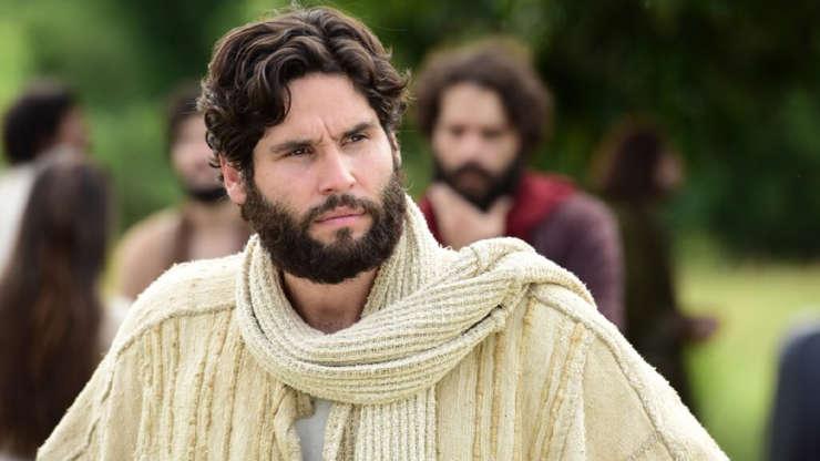 Slide 4 de 23: O ator Dudu Azevedo interpretou Jesus, na novela de mesmo nome, da RecordTV. Nas redes sociais, o ator expressou o quão complexo e desafiador foi encarar este personagem na trama.