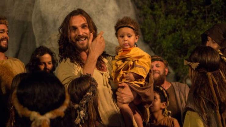Slide 8 de 23: Em 2015 e 2016 o ator voltou a interpretar Jesus. Dessa vez, no teatro de Nova Jerusalém, em Pernambuco. Na ocasião, contracenou com o seu filho, Antonio, de apenas 1 ano, na época.