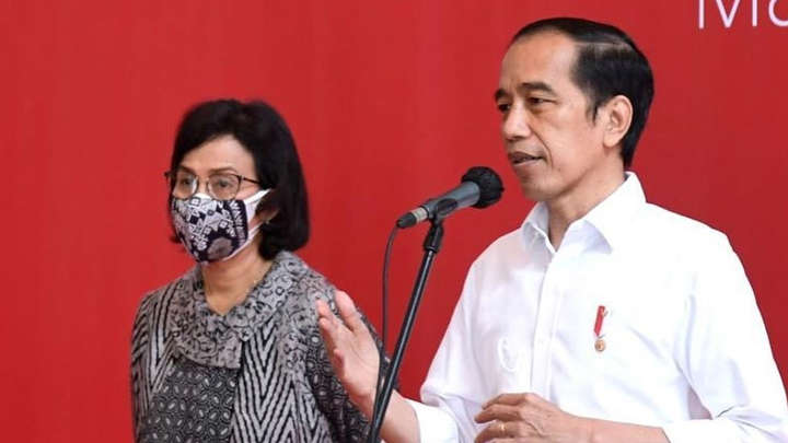 Menteri Keuangan Sri Mulyani mendampingi Presiden Jokowi menyaksikan vaksinasi karyawan industri keuangan di BEI. Foto: Instagram/@smindrawati