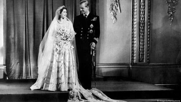 據說,伊麗莎白13歲的時候就愛上了比自己年長5歲的菲利普。不過,菲利普當時雖然貴為希臘和丹麥王子,但是家族並不闊綽,而且家族還和德國納粹有所關聯,所以他與當時的伊麗莎白公主相戀並不是完全沒有阻力。不過兩人還是於1947年11月20日成婚,婚後共育有4名子女。