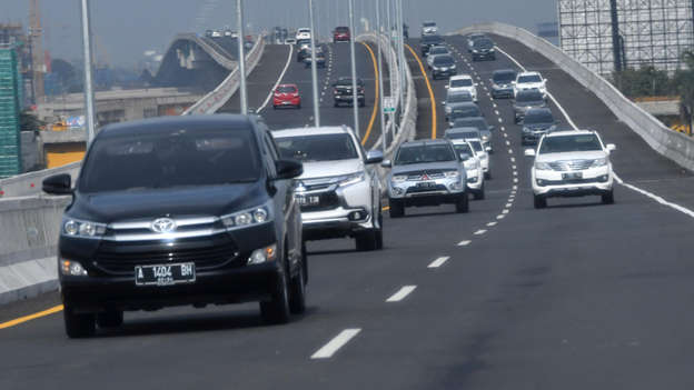 Sejumlah pengendara mobil melintas di Jalan Tol Layang Jakarta-Cikampek ('Japek Elevated'), Bekasi, Jawa Barat, Senin (23/12). Foto: ANTARA FOTO/Aditya Pradana Putra