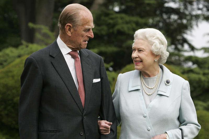 Isabel II con traje y corbata: Tim Graham / Getty Images El príncipe Felipe y la reina Isabel