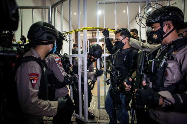 Personel kepolisian bersenjata berjaga saat tim Densus 88 Antiteror melakukan penggeledahan di bekas markas Front Pembela Islam (FPI), Petamburan, Jakarta, Selasa (27/4). Foto: Aprillio Akbar/ANTARA FOTO