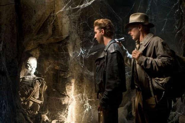 Slide 25 de 36: Em 'Indiana Jones e o Reino da Caveira de Cristal' (2008), Shia LaBeouf interpretou Mutt Williams, filho do herói, papel que não gostou de fazer. O ator reconheceu que desapontou fãs e deixou'a peteca cair no legado que as pessoas amavam e estimavam'.