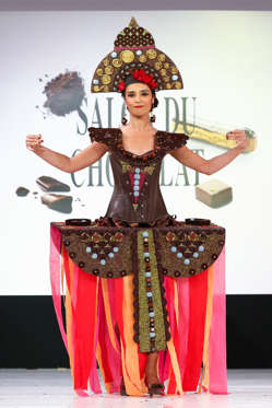 Slide 14 de 21: Aida Touihri walks the runway and wears a chocolate dress made by chocolate brand Maison Rannou-Metivier during the Fashion Chocolate show at Salon du Chocolat at Parc des Expositions Porte de Versailles on October 28, 2014 in Paris, France.