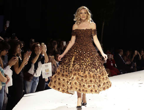 Slide 6 de 21: A model displays a chocolate dress at the Salon Du Chocolat 2016 fashion show in Beirut on November 17, 2016.