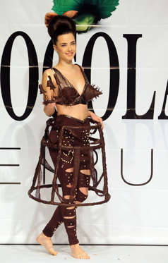 Slide 13 de 21: A model displays a dress made out of chocolate during a fashion show with chocolate dresses on the occasion of Beirut Cooking Festival on November 12, 2015 in the Lebanese capital.