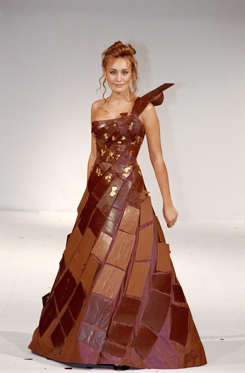 Slide 15 de 21: A model presents a chocolate-made dress at the 6th chocolate fair in Paris, France on October 27, 2000.