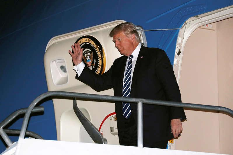 一名男子站在镜子前冒充镜头:总统唐纳德特朗普于2017年抵达菲律宾马尼拉Ninoy-Aquino国际机场的空军一号。