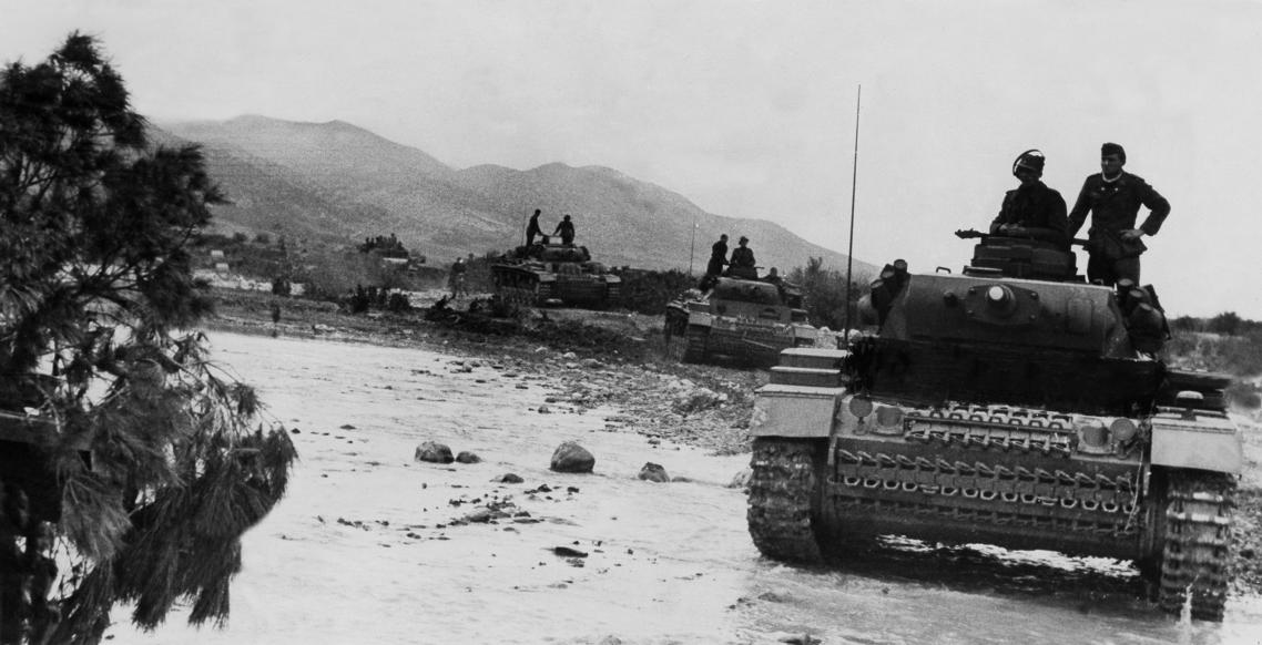 Slide 23 of 100: World War, Northafrica, theater of war, Tunesia - German advance toward Kasserine - tanks crossing a ford. no further informationFeb. 1943