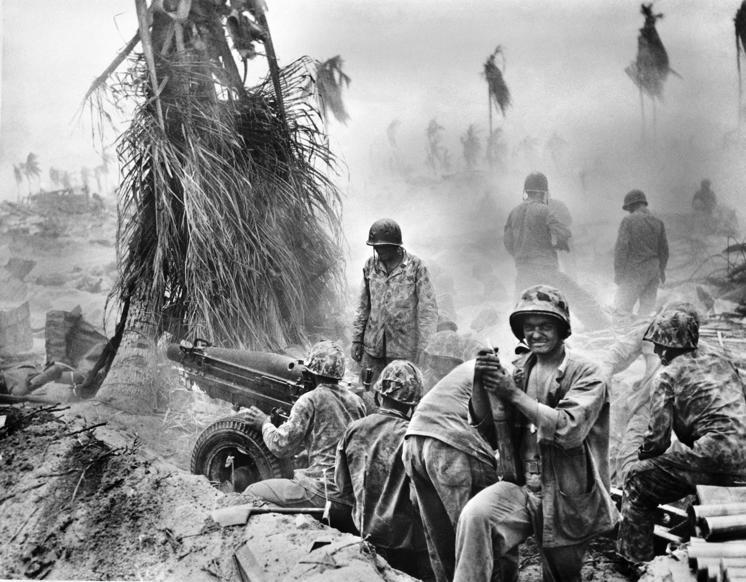 Slide 42 of 100: 1943: World War II; Pacific:'Island Hopping' : Disembarkement of US-troups on Gilbert-islands Tarawa