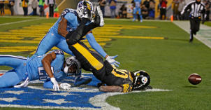 PITTSBURGH, PA - NOVEMBER 16: Martavis Bryant #10 of the Pittsburgh Steelers cannot make a catch on a pass thrown by Ben Roethlisberger #7 in the first half during the game against the Tennessee Titans at Heinz Field on November 16, 2017 in Pittsburgh, Pennsylvania.