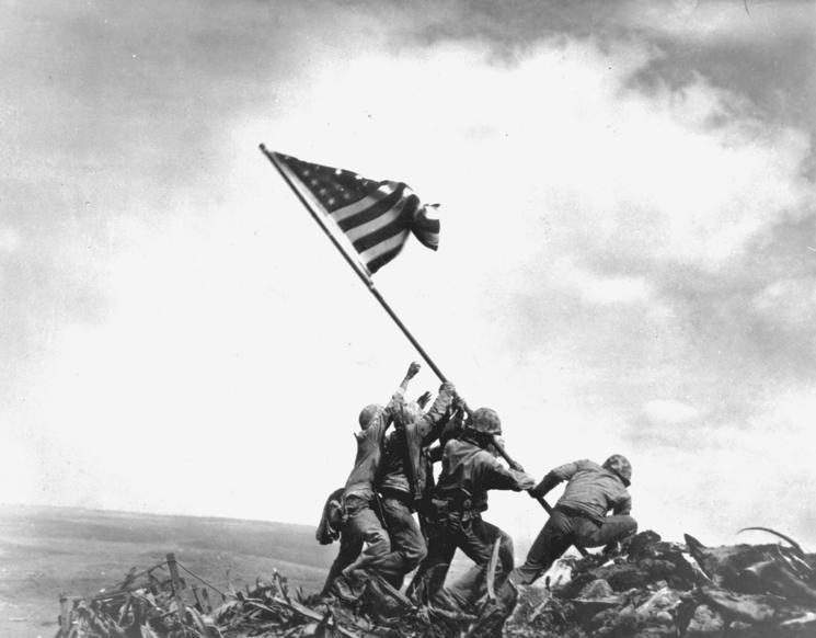Slide 100 of 100: Η σημαία επάνω από την Ίβο Τζίμα.