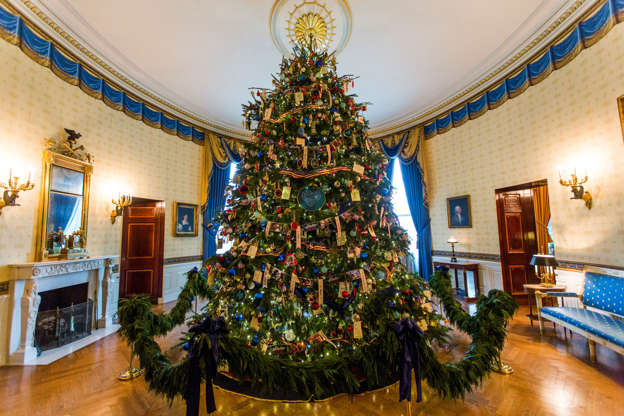 Diapositiva 4 de 19: The official White House Christmas Tree stands in the Blue Room of the White House in Washington, DC. U.S. first lady Michelle Obama hosted military families for the first viewing of the decorations. (Photo by Brooks Kraft LLC/Corbis via Getty Images)