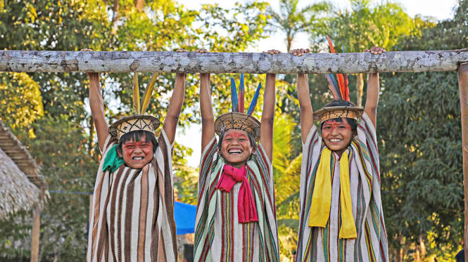 Resultado de imagem para Fotógrafo registra tribos indígenas brasileiras em imagens deslumbrantes