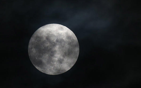 Slide 8 de 31: A so-called 'Supermoon' is seen in Tunis, Tunisia, 03 December 2017. According to the National Aeronautics and Space Administration (NASA) a series of three so-called 'Supermoons' - dubbed the 'Supermoon trilogy' - will appear in the sky on 03 December 2017, on 01 January 2018 and and 31 January 2018. A 'Supermoon' commonly is a full moon at its closest distance to the earth with the moon appearing larger than usual. Veja como foi a última superlua de 2017 Veja como foi a última superlua de 2017 BBGaU4u