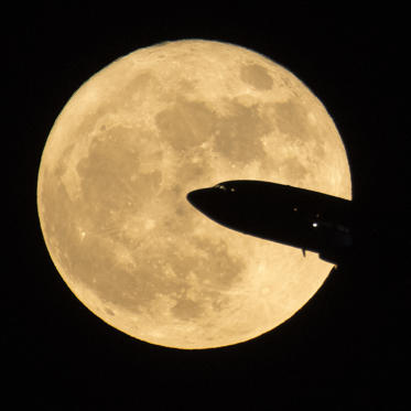 Slide 9 de 31: CAPTION: WASHINGTON, DC - DECEMBER 3: In this handout provided by NASA, an aircraft taking off from Ronald Reagan National Airport is seen passing in front of the moon as it rises on December 3, 2017 in Washington, DC. Today's full Moon is the first of three consecutive supermoons. The two will occur on Jan. 1 and Jan. 31, 2018. A supermoon occurs when the moon's orbit is closest (perigee) to Earth at the same time it is full. (Photo by NASA/Bill Ingalls via Getty Images) Veja como foi a última superlua de 2017 Veja como foi a última superlua de 2017 BBGaYmC