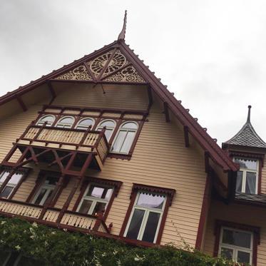 Diapositive 7 sur 9: <p>Au milieu de cette nature majestueuse, quelque part sur un fjord, se trouve l'Hotel Union Øye. Inauguré en 1891, l'endroit est le spot préféré des familles royales et des célébrités en mal de discrétion et de repos. Christian Dior, Arthur Conan Doyle et Coco Chanel y étaient des clients réguliers. Ici, seul le bruissement des feuilles et le crépitement des bûches dans le feu viendront bousculer votre tranquillité. </p>