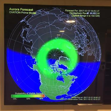 Diapositive 4 sur 9: <p>Qui dit Norvège, dit évidemment aurores boréales ! Pour savoir si le ciel en dévoilera certaines, plusieurs radars comme celui-ci sont affichés sur le navire et s'actualisent en temps réel. Plus la touche de couleur tire sur le jaune/orangé, plus il y a de chances d'en voir se produire. </p>