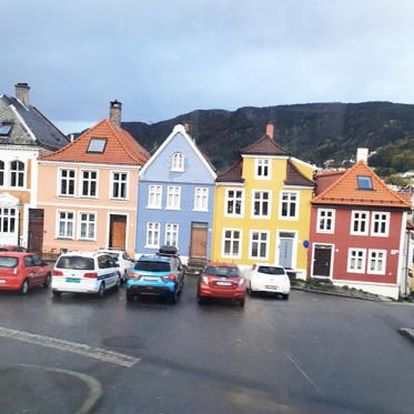Diapositive 5 sur 9: <p>L'excursion commence à Bergen. Dans ce petit port aux maisons colorées, les stars, ce sont les sept montagnes qui l'entourent. Ville reposante à l'architecture ravissante, on y va pour son incroyable marché aux poissons ou pour son aquarium où vit le seul couple de pingouins gays au monde ! </p>