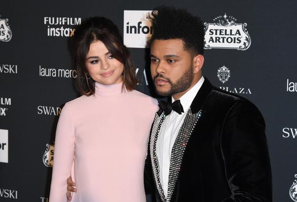 Far scorrere 43 di 50: The Weeknd e Selena Gomez Partecipare Celebrazione della Harper Bazaar 'icone per Carine Roitfeld' At The Plaza Hotel presentate da Infor, Laura Mercier, Stella Artois, FUJIFILM e SWAROVSKI il 8 settembre 2017 a New York City. / AFP PHOTO / ANGELA WEISS (Il credito fotografico dovrebbe leggere ANGELA WEISS / AFP / Getty Images)