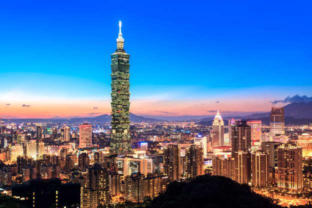 Διαφάνεια 19 από 51: View of Taipei World Trade Center and Taipei 101 in Xinyi Business District at dusk. The middle of building ranked worlds tallest from 2004 until 2010.